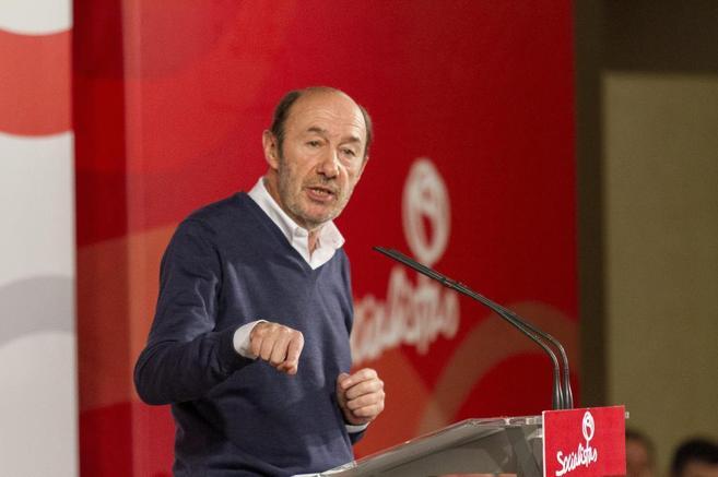 Rubalcaba, ayer, en su intervención ante militantes socialistas en...