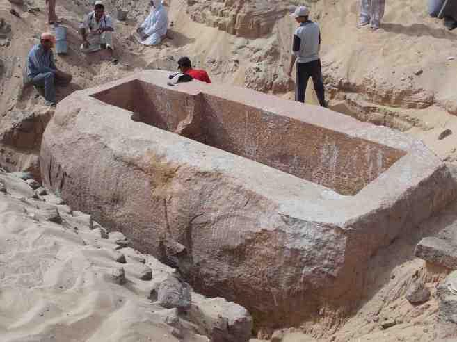 Sarcófago de Sobekhotep I encontrado por el equipo del egiptólogo J....