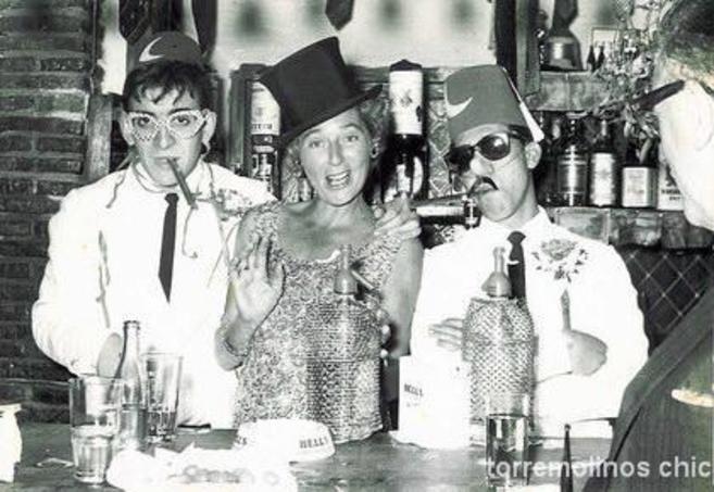 Clientela habitual del pub inglés de Torremolinos poco después de su...