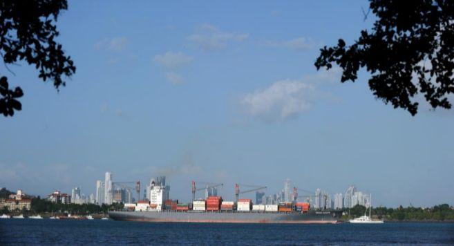 Un barco cruza el Canal de Panamá.