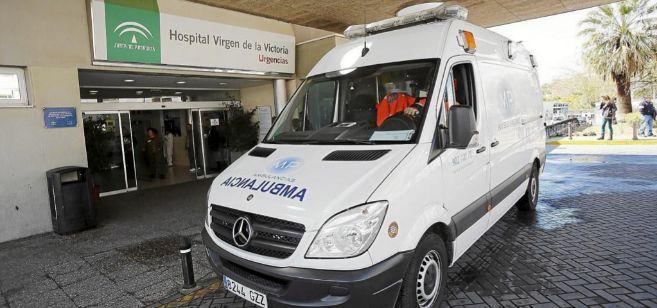 Una ambulancia, a las puertas del Hospital Clínico de Málaga.