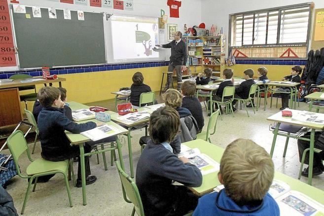 Niños de primaria en una clase en el colegio Altair de Sevilla.