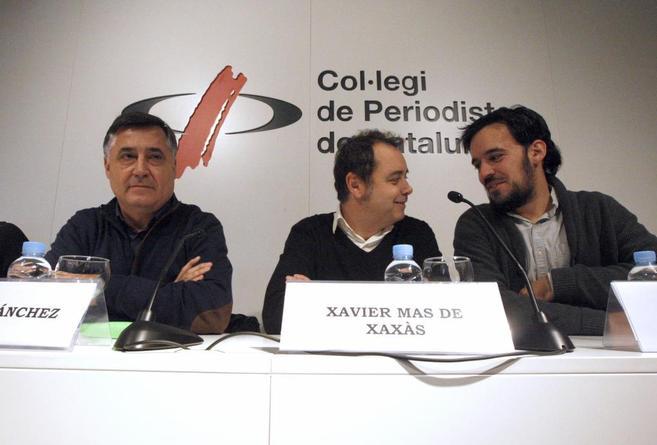 Gervasio Sánchez (izda.) junto a dos periodistas, hoy en Barcelona.