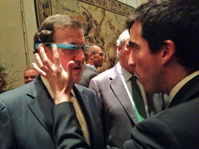 El científico Bruno Sánchez-Andrade enseña a Mariano Rajoy a usar...