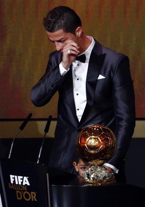 Cristiano, con su hijo, tras ganar el Balón de Oro 2013.