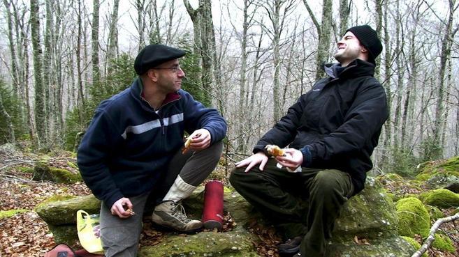 El colaborador de ETA Asier Aranguren y el actor Aitor Merino en un...
