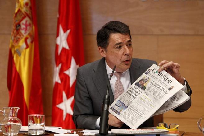 El presidente de la Comunidad de Madrid, Ignacio González, muestra la...
