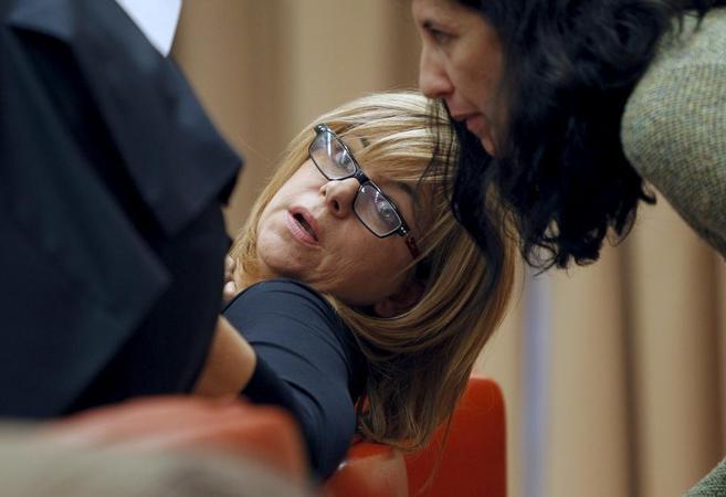 La vicesecretaria general del PSOE, Elena Valenciano, habla ayer con...