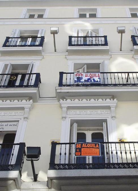 Varios carteles de 'Se alquila' en un edificio de Madrid.