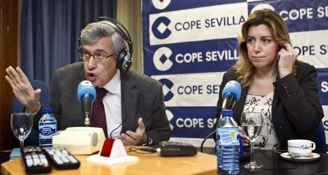 Susana Díaz, junto al periodista Ernesto Sáenz de Buruaga, durante...