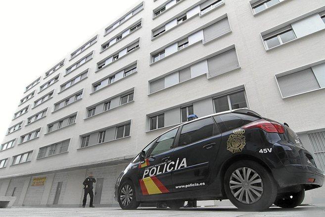 Un coche patrulla de la Policía Nacional, ante uno de los bloques de...
