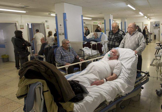 Pacientes y familiares ayer en el pasillo de Urgencias de Bellvitge. |...