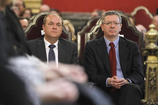 José Antonio Monago y Alberto Ruiz-Gallardón, en la toma de...