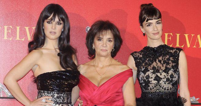 Sara posa con su madre y su hermana Paz.