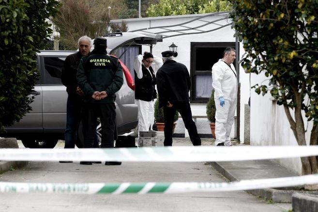 Miembros de la Guardia Civil inspeccionan las viviendas de las dos...