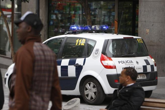 Un coche de la Policía Municipal patrulla por las calles de...