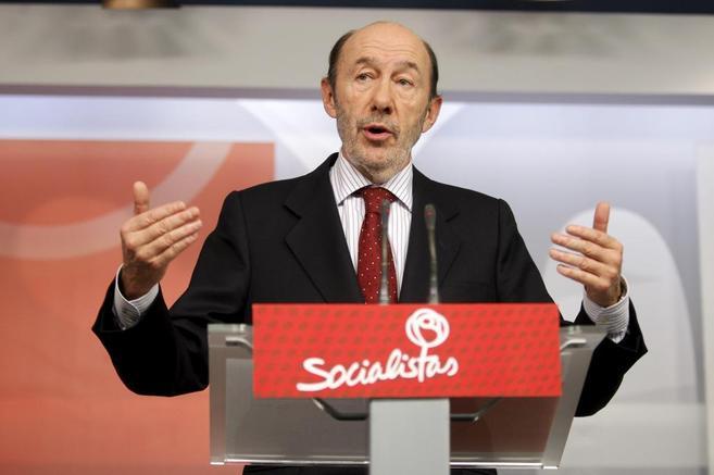 Rubalcaba comparece ante la prensa en la sede de su partido en Ferraz.