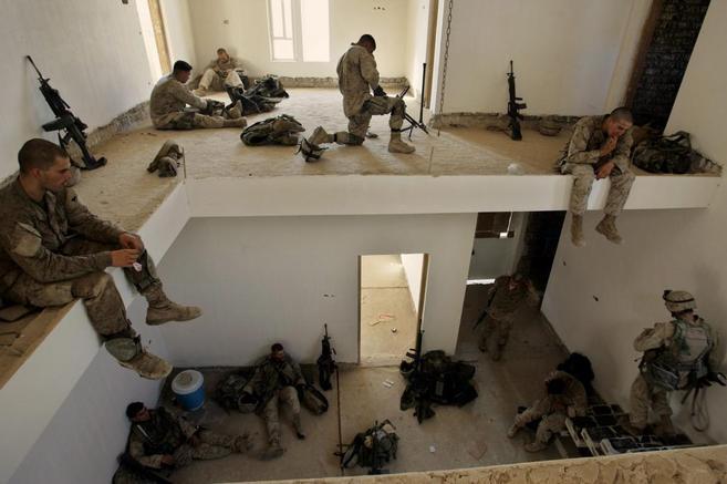 Marines de EEUU en una de las viviendas abandonadas por los refugiados...