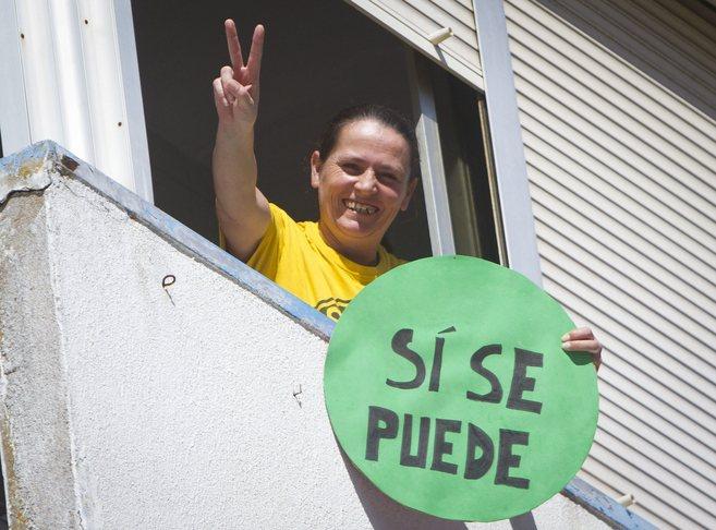 María del Carmen Andújar, en el balcón de su casa...