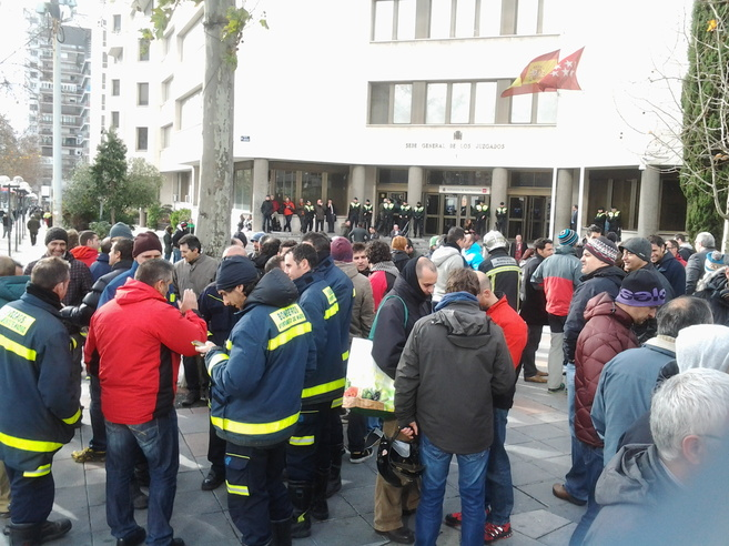 Concentración de los bomberos en Plaza de Castilla.