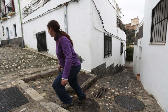 Una de las estrechas calles que suben al barrio granadino del...