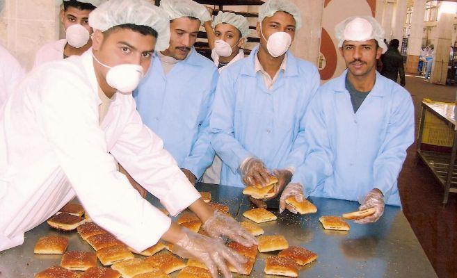 Varios trabajadores de un centro de producción de las raciones para...