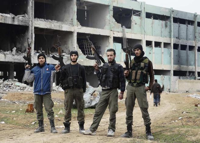 Un grupo de milicianos del Ejército Libre de Siria posa con sus armas...