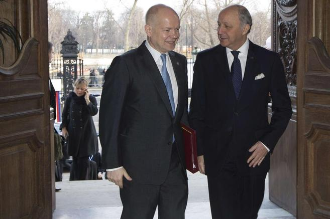 El ministro francés, Laurent Fabius (dcha) y el titular del Foreign...