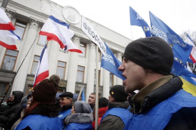 Protestas frente a las puertas del Parlamento ucraniano en Kiev.