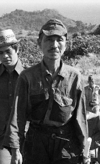 El soldado japonés Hiroo Onoda (centro) cuando fue descubierto en...
