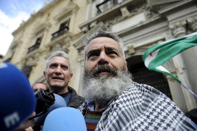 Sanchez Gordillo, junto a Cañamero, ante una bandera de Andalucía.