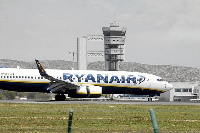 Un avión de Ryanair en el aeropuerto del Altet, en Alicante.
