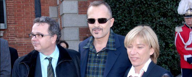 Miguel Bosé posa con su mánager, Rosa Lagarrigue.