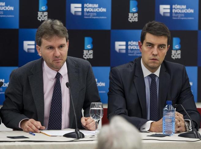 El alcalde de Burgos, Javier Lacalle (izda.), acompañado por el...