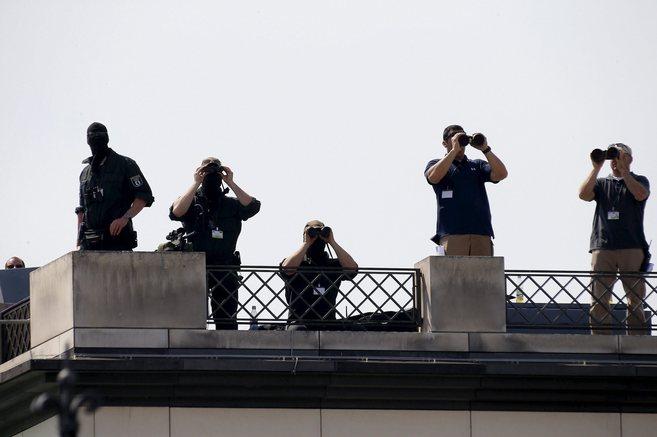 Fuerzas especiales de la policía alemana vigilan la Plaza de París...