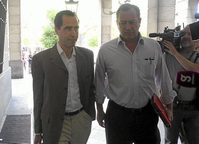 El ex directivo de Invercaria Cristóbal Cantos (izqda) con su...