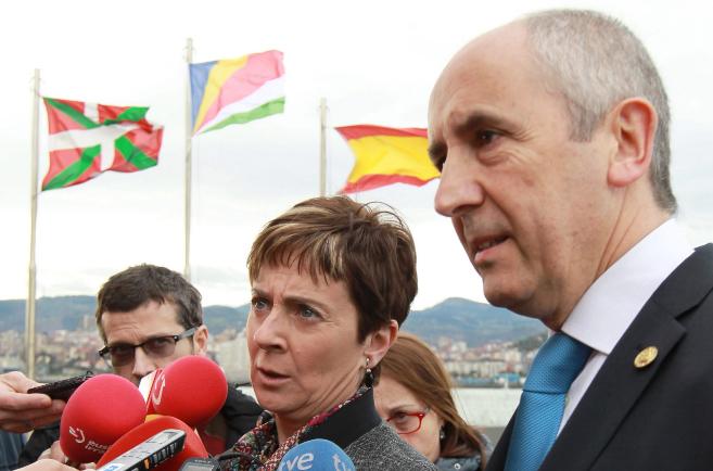 El portavoz del Gobierno vasco, Josu Erkoreka, junto a la consejera de...