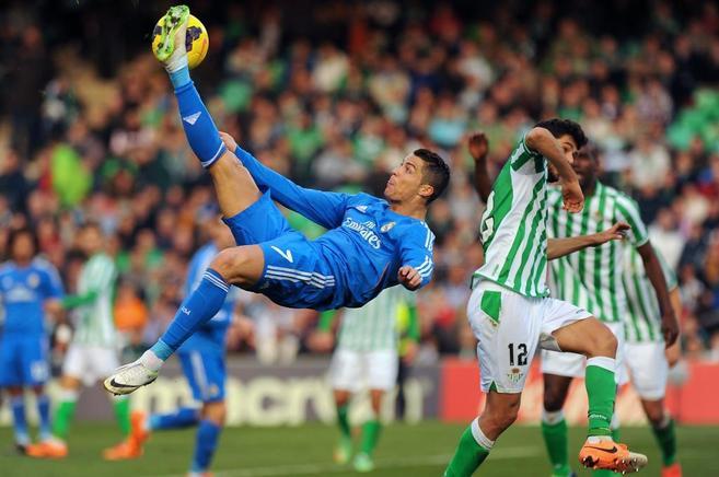 Cristiano Ronaldo remata el balón ante Didac.