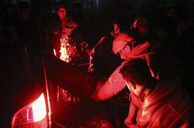 Las fuerzas de seguridad auxilian a un hombre herido tras el atentado...