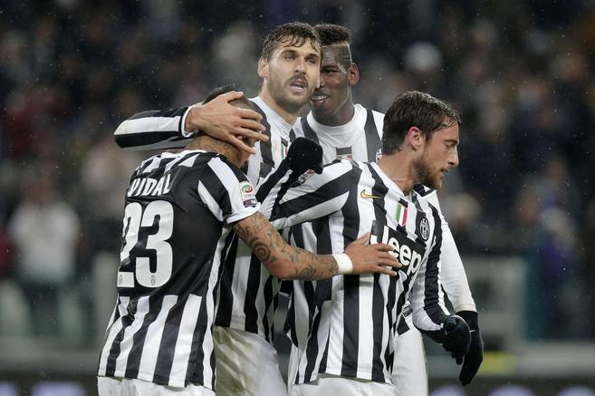 Llorente felicita a Vidal tras uno de sus goles.