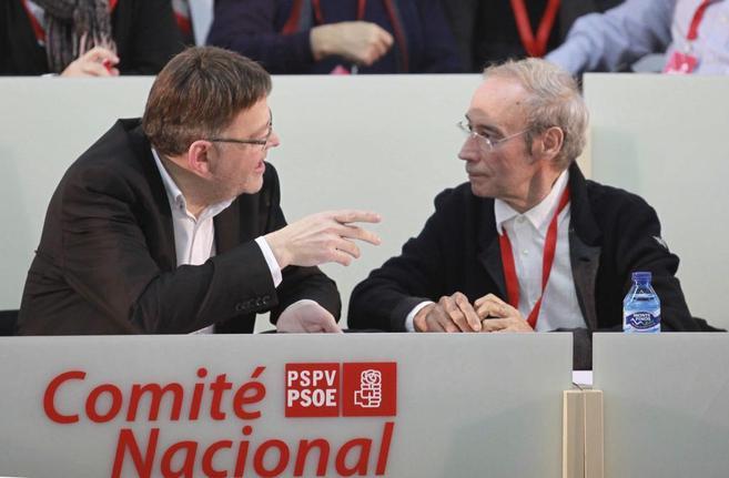 El líder del PSPV, Ximo Puig, conversa con Ciprià Císcar en el...