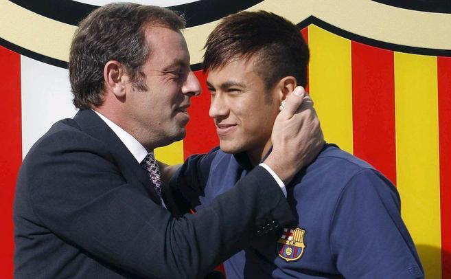 Rosell abraza a Neymar durante la presentación del jugador.