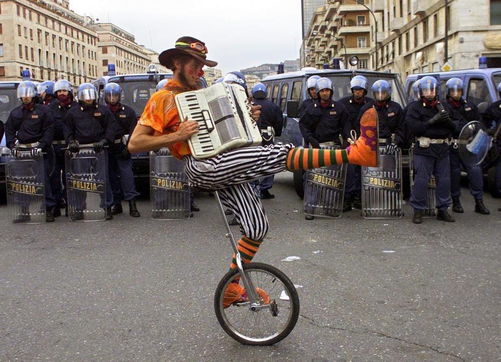 Un acordeonista, durante los disturbios de Génova, en 2001.