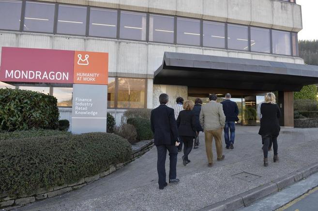 Un grupo de trabajadores accede a la sede de la Corporación...