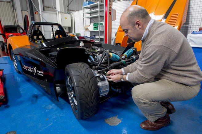 Un investigador de Tecnalia examina uno de los novedosos motores en...