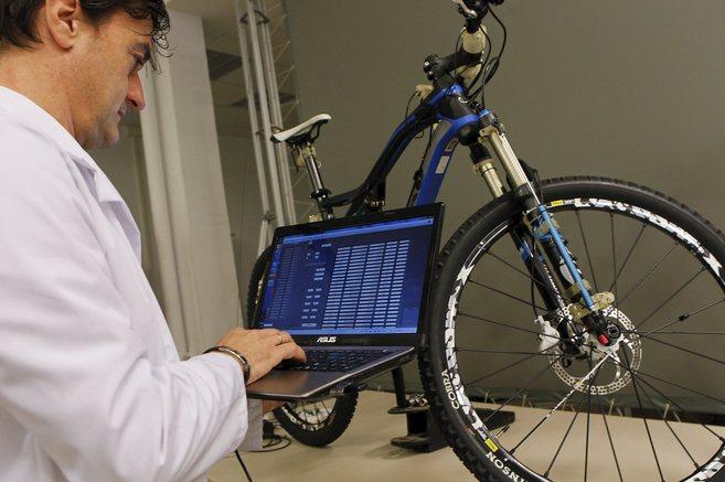 Un investigador observa las variables recogidas en los tests...