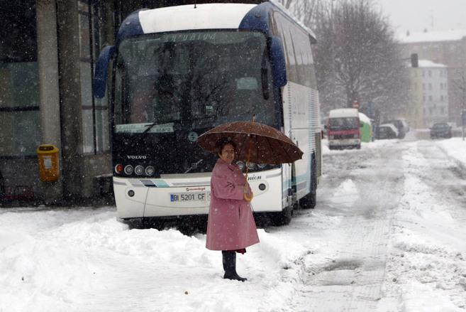Autobús estacionado en la terminal de Vitoria.