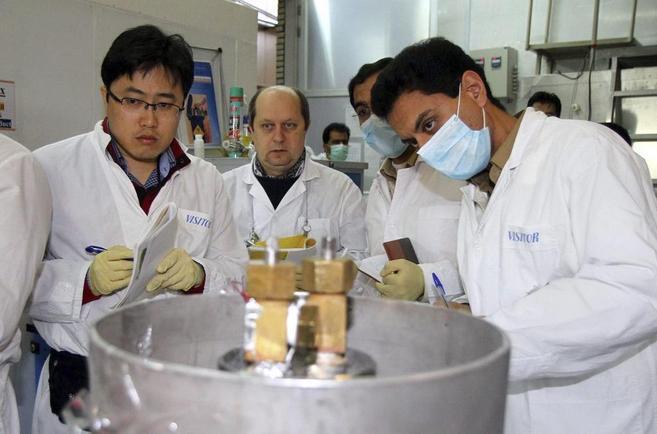 Un equipo de Naciones Unidas verifica una planta nuclear en Irán.