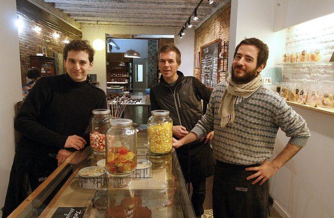 Los impulsores de Çukor posan en su tienda efímera de la calle Verdi