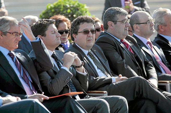 El exjuez de familia Francisco Serrano (con gafas oscuras) en un...